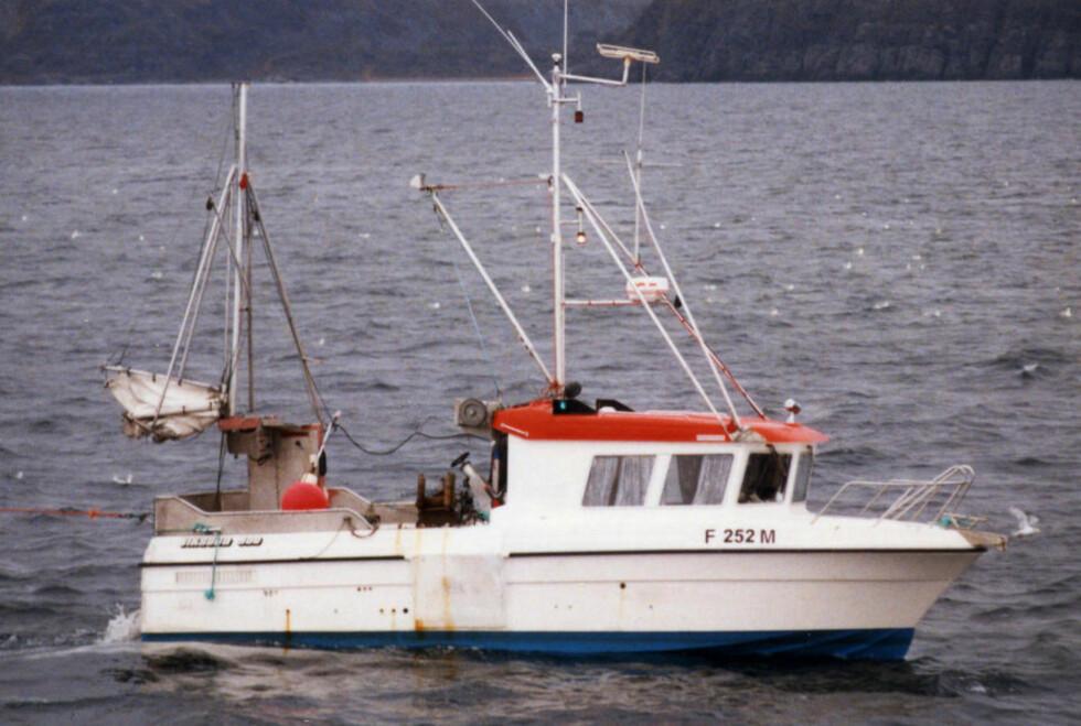 """HEVES: Vraket av sjarken """"Marina"""" heves i dag. Politiet har radardata som indikerer at sjarken og det russiske lasteskipet Mekhanik Tjulenev kan ha kollidert vest for Andøy. Bildet  viser sjarken med fiskerinummer F-252-M. Fartøyet ble senere solgt og fikk fiskerinummer N-115-Ø. Arkivfoto: Arild Engelsen Skipsfoto / SCANPIX"""