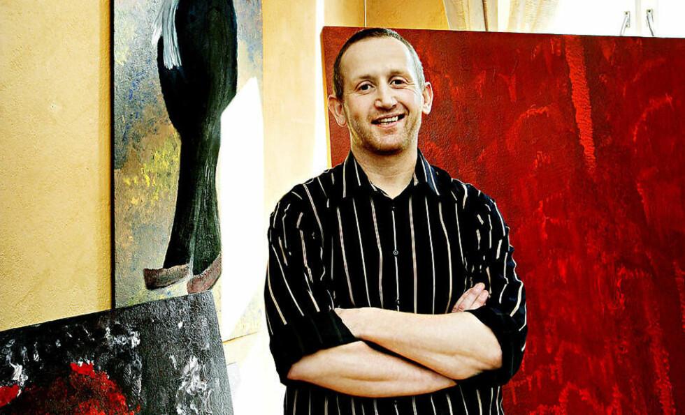 BEDYRER USKYLD: Norges mest kjente kunsttyv Pål Enger (41) hevder han beviselig ikke var i Larvik på tidspunktet da «La de små barna komme til meg» ble stjålet. Her foran noen av sine egne verk i atelieret. Foto: METTE MØLLER
