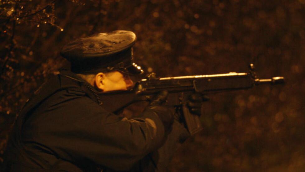 FRYKT FOR NYE ANGREP: En politimann fotografert ved åstedet i går kveld. Foto: AP/Peter Morrison/Scanpix