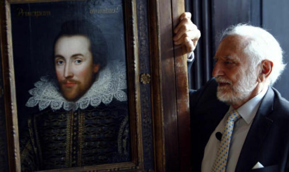 99 PROSENT SIKKER: Styreformannen i «The Shakespeare Birthplace Trust», Stanley Wells, er 99 prosent sikker på at det virkelig er William Shakespeare som er portrettert.Foto: SCANPIX/REUTERS/Luke MacGregor