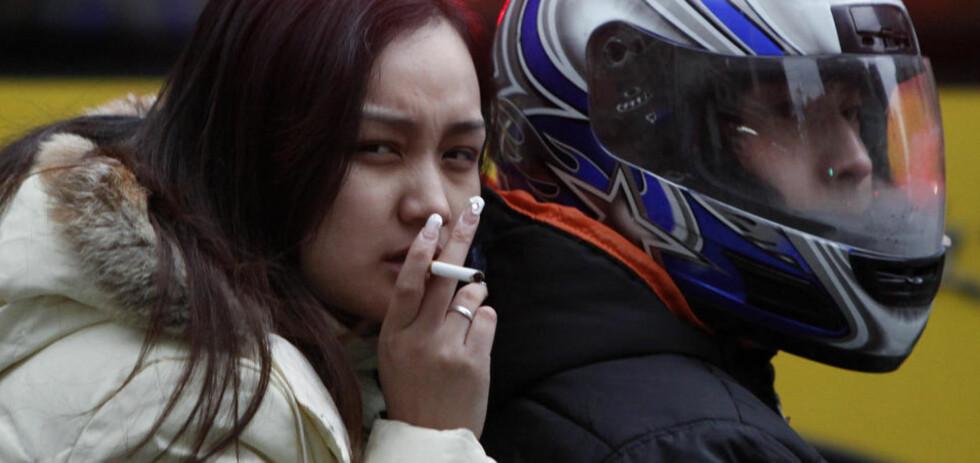 SOSIALT AKSEPTERT: En holdningsendring i blant annet Kina og India gjør at stadig flere kvinner begynner å røyke i disse landene. En svært skremmende utvikling, ifølge en fersk amerikansk rapport som ble lagt fram i dag.  Foto: REUTERS/SCANPIX