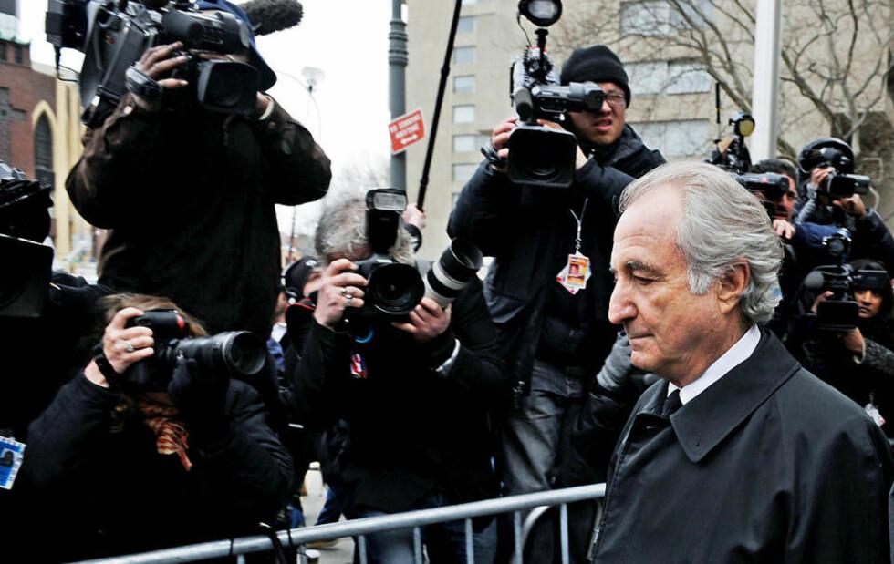 DEN FALNE LEGENDEN: Bernard Madoff (70) forlater den føderale retten i New York i dag. For tida sitter han i husarrest hjemme med elektronisk fotlenke, men viste seg i retten i dag for å bedyre at det ikke eksisterer inhabilitet mellom ham og forsvareren hans, Ira Sorkin, som selv har brukt Madoff til å forvalte penger for seg. Foto: PETER FOLEY/EPA/SCANPIX