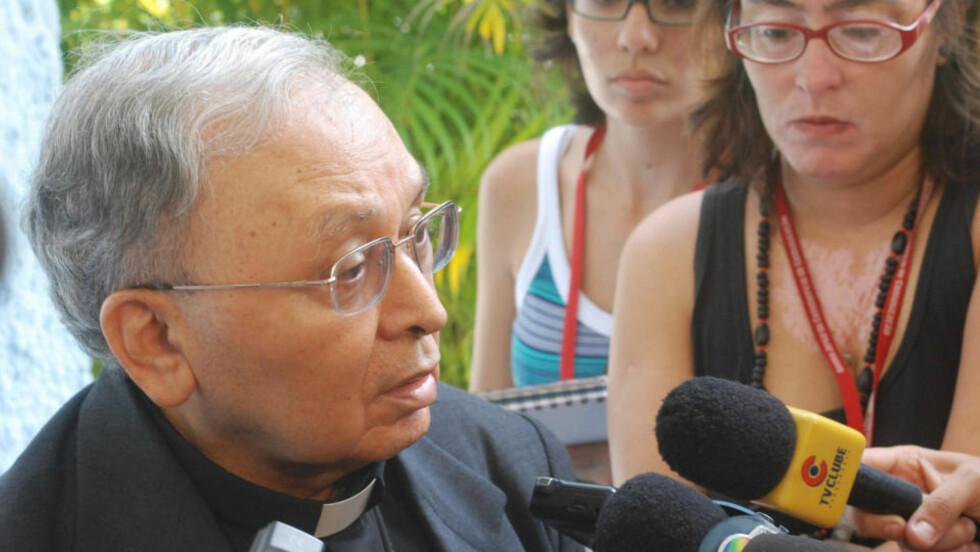 LYSER I BANN: Erkebiskop Jose Cardoso Sobrinho forklarer media hvorfor den voldtatte niåringens mor og legeteamet som utførte aborten er bannlyst. Foto:  AFP PHOTO/Alexandre Gondim