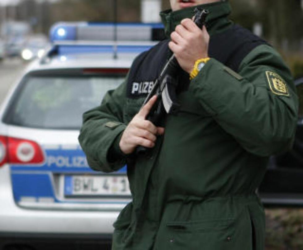 SKJØT TO POLITIMENN: Store politistyrker var involvert i jakten på mannen. Foto: AP Photo/Thomas Kienzle/Scanpix