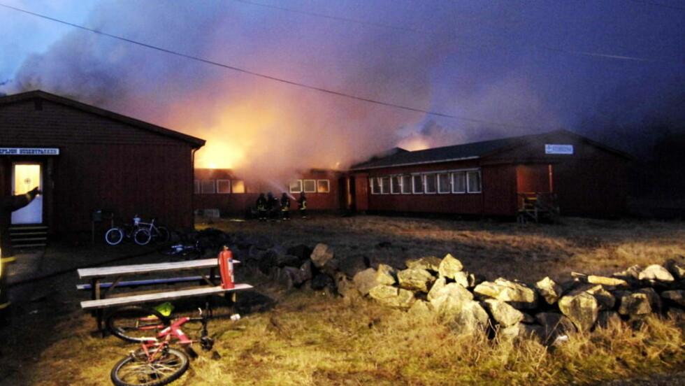 PÅSATT? Ingen personer kom til skade i en brann i asylmottaket i Husebyparken i Farsund tidlig mandag morgen, men politiet mistenker at brannen var påsatt. Foto: Farsund Avis/Scanpix