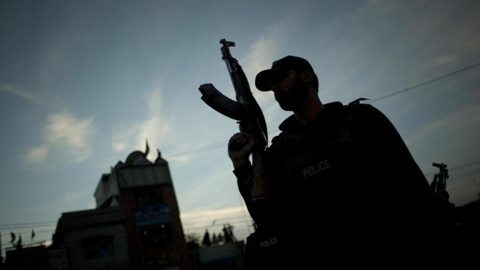FRYKTER NYE UROLIGHETER: En pakistansk paramilitær soldat holder vakt i i en gate i byen Hyderabad etter at pakistanske myndigheter i dag innførte forbud mot demonstrasjoner. Foto: REUTERS/SCANPIX P