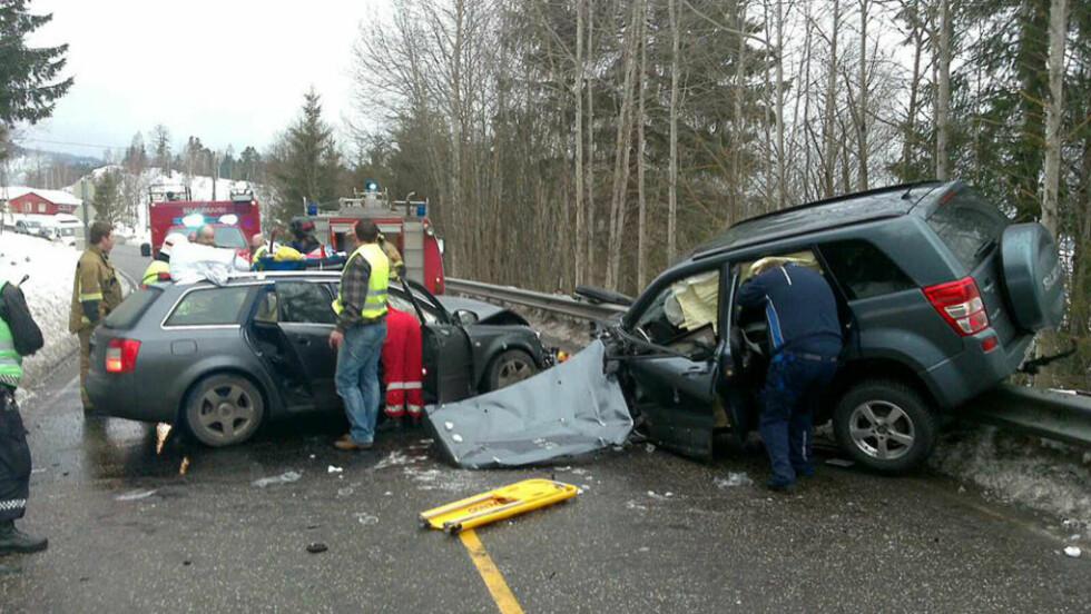 KOLLISJON: To biler kolliderte ved Hof i Vestfold. MMS-foto: Dagbladet.no-tipser