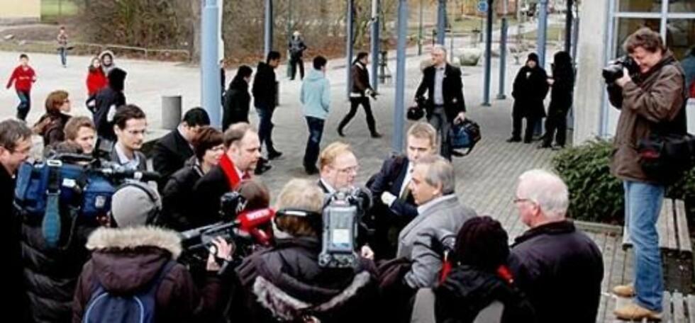 STORT OPPBUD: Mange svenske medier fulgte også med da Frp-delegasjonen besøte barneskolen i Rosengård.