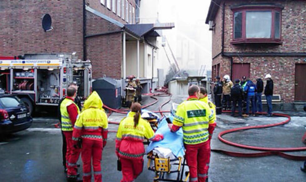 EVAKUERER: 18 personer skal være evakuert fra bygården. MMS-foto: TOM E. ØSTHUUS