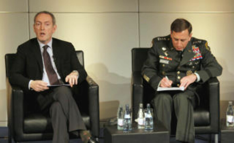 MÅ TA GREP: Britenes forsvarsminister John Hutton. Her sammen med general David Petraeus. Foto: Sebastian Zwez/AFP/Scanpix