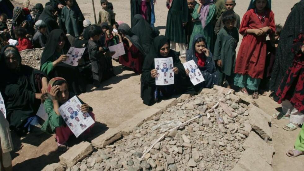 ØKNING I SIVILE DØDSFALL: Folk i byen Azizabad sørger over sivile som ble drept i en amerikansk militæroperasjon i byen. USA tar nå grep for å forhindre elitestyrker i å ta sivile liv. Foto: Fraidoon Pooyaa/AP/Scanpix