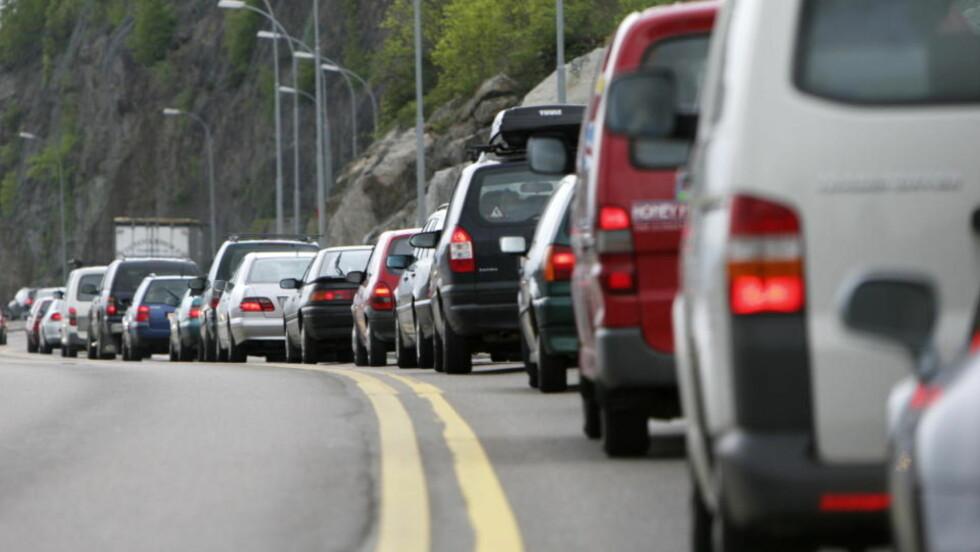 EVIG KØ: Det er ikke akkurat flyt i trafikken inn mot Oslo på en mandag morgen. Mange er spent på om regjeringen nå tar et skikkelig grep om jernbanenettet rundt hovedstaden slik at belastningen på veiene kan bli mindre. Foto: Erik Johansen/Scanipx