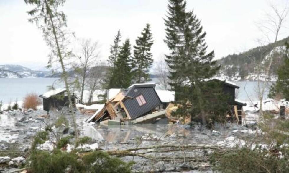 KAOS: Flere hus er tatt av et leirras i Namsos fredag. Det er uklart om det befant seg noen personer i husene. Foto: Martin Hågensen / SCANPIX