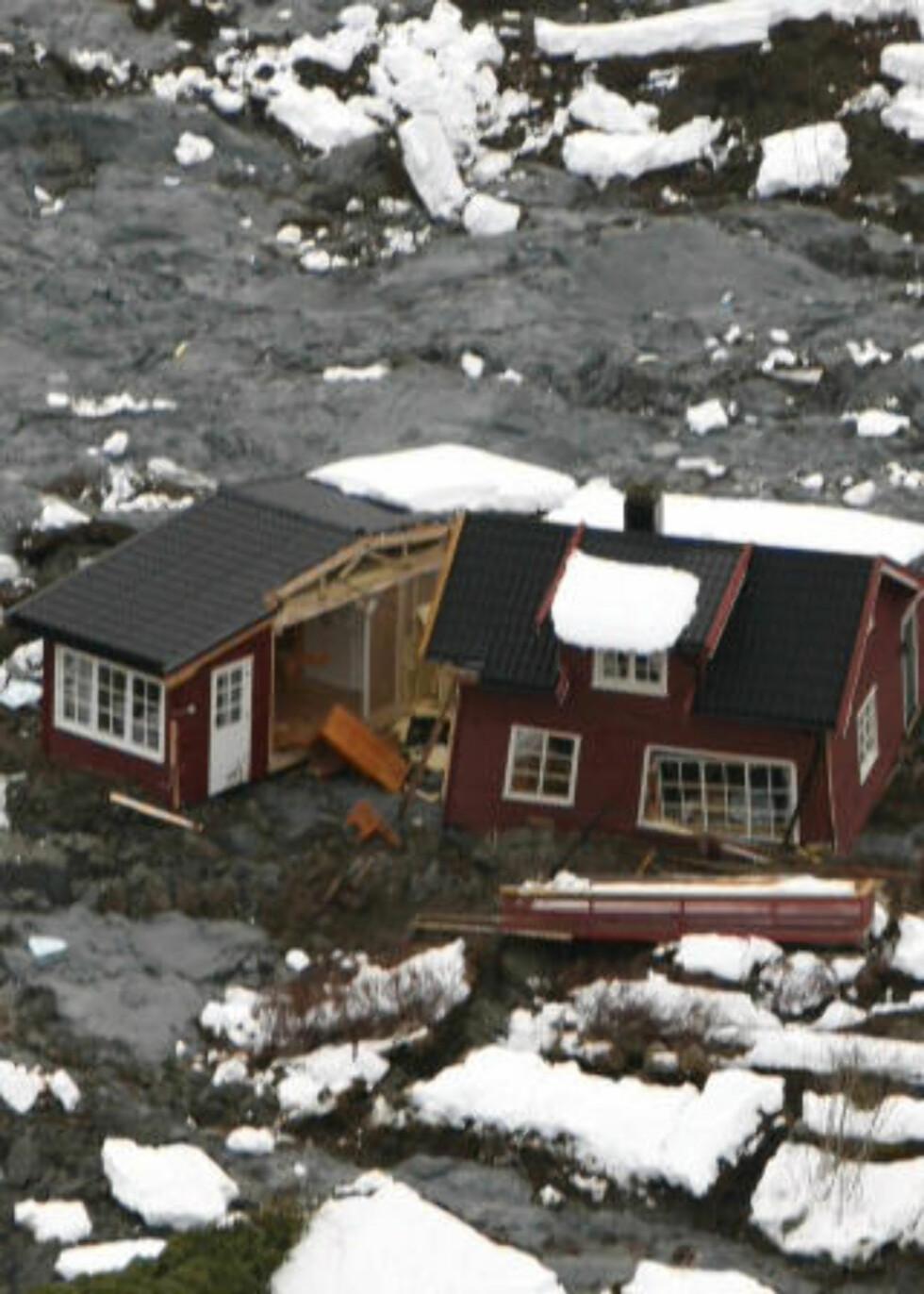 REVET OPP: Da massene under husene forsvant skled bygningene fra hverandre. Syv personer ble reddet og løftet ut av rasområdet med helikopter. Foto: Gorm Kallestad  / SCANPIX