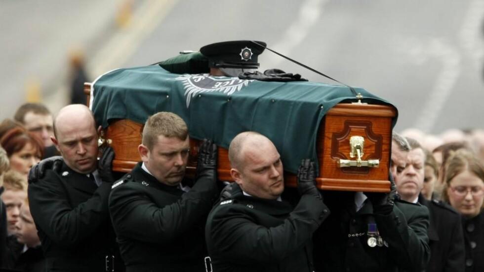 MANN PÅGREPET FOR POLTIDRAP: Politimannen Stephen Carroll ble begravet fredag. Samme dag ble en tredje person pågrepet for drapet. Foto: Cathal McNaughton/REUTERS/Scanpix