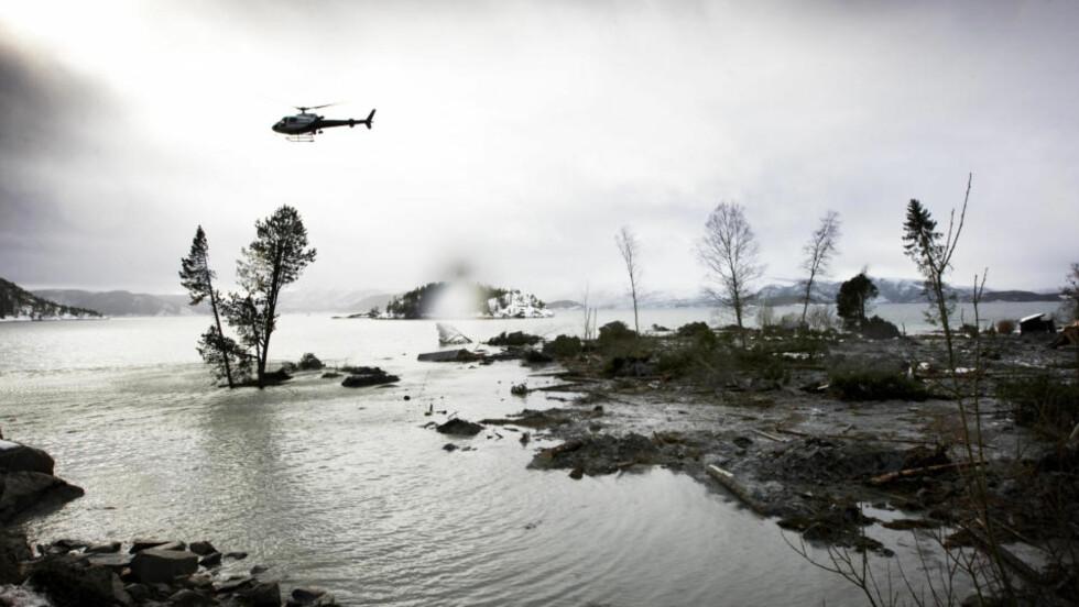 UNDERSØKER OMRÅDET: Mellom 8 og 10 geologer ble i dag fløyet inn til rasområdet i Namsos og er i gang med grunnundersøkelser. Området skal være stabilt, men vaktholdet er strengt.  Foto: SCANPIX