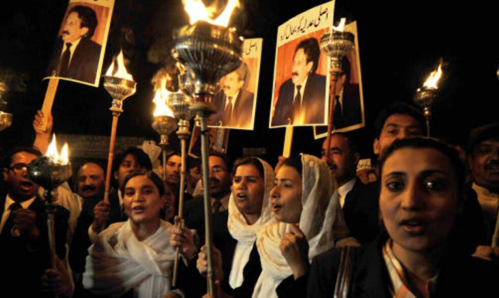 I MOT REGJERINGEN: I går demonstrerte advokater i Lahore til støtte for den avsatte høyesterettsjustitiariusen Iftikhar Muhammad Chaudhry. Foto: Scanpix