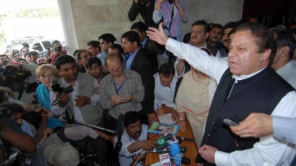TROSSET MYNDIGHETENE: Opposisjonsleder Nawaz Sharif ga blaffen i husarresten myndighetene hadde pålagt ham. Foto: EPA/SCANPIX