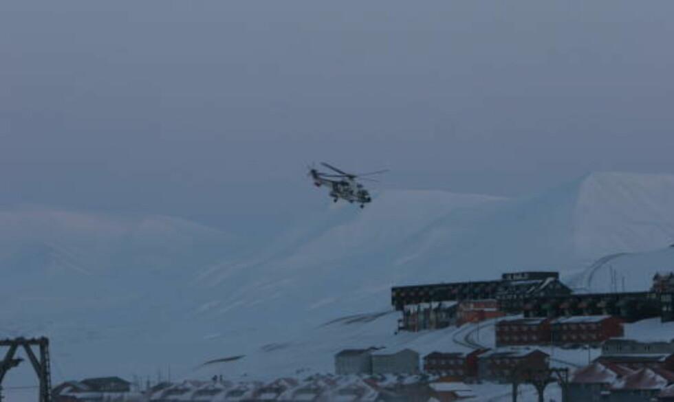 REDDES: En alvorlig skadd mann fraktes til sykehus med helikopter. Foto: Sigri Sandberg Meløy