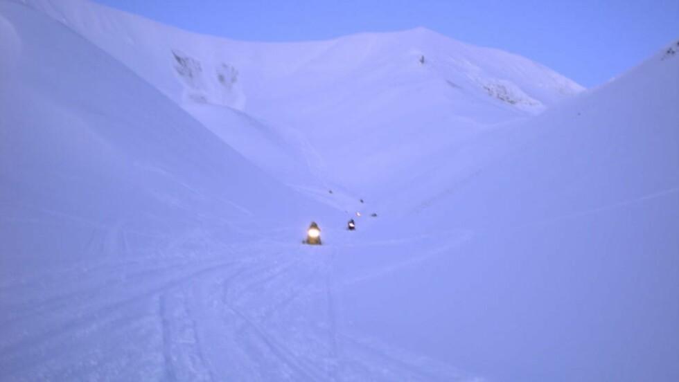 REDNINGSAKSJON: Redningsmannskaper på vei fra rasstedet på Svalbard. Foto: John Erik Forbord