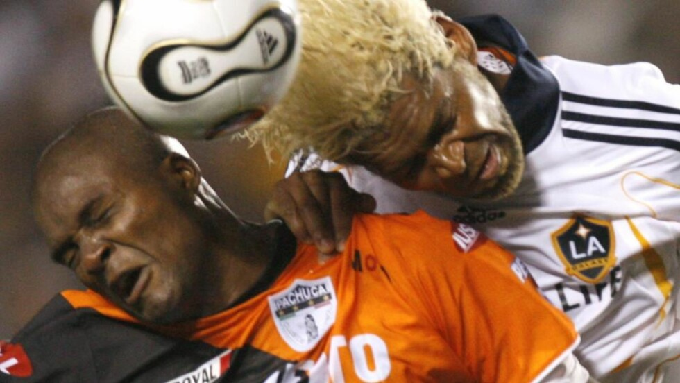 BLE TATT FOR DOPING: Abel Xavier ble utestengt. Her i duell mot Aquivaldo Mosquera. Foto: REUTERS/Lucy Nicholson