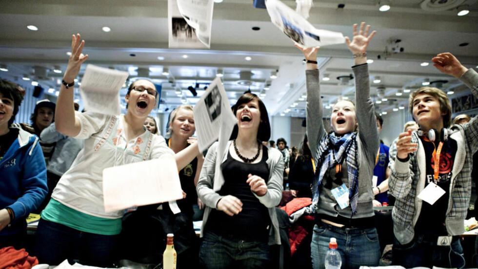 STÅENDE APPLAUS: Elevene på Elevtinget i Oslo jublet av glede da de hørte at regjeringa vil prøve ut andre vurderingsformer enn eksamen. Foto: Nina Hansen