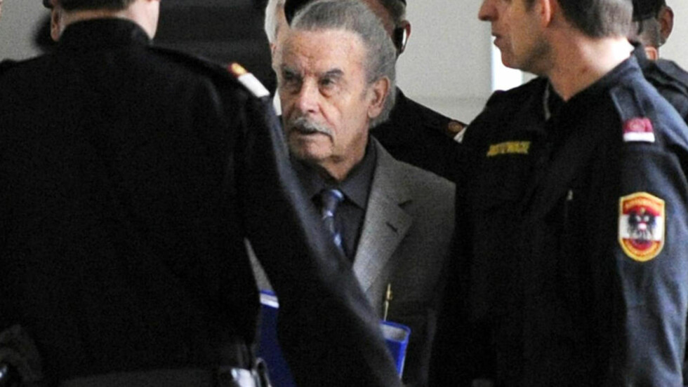 VISTE ANSIKTET: Etter å ha stilt opp med ansiktet skjult bak en blå ringperm (bildet) i går, lot Josef Fritzl (74) i dag verden se hvordan han ser ut nå. Foto: HELMUT FOHRINGER/AP/APA/POOL
