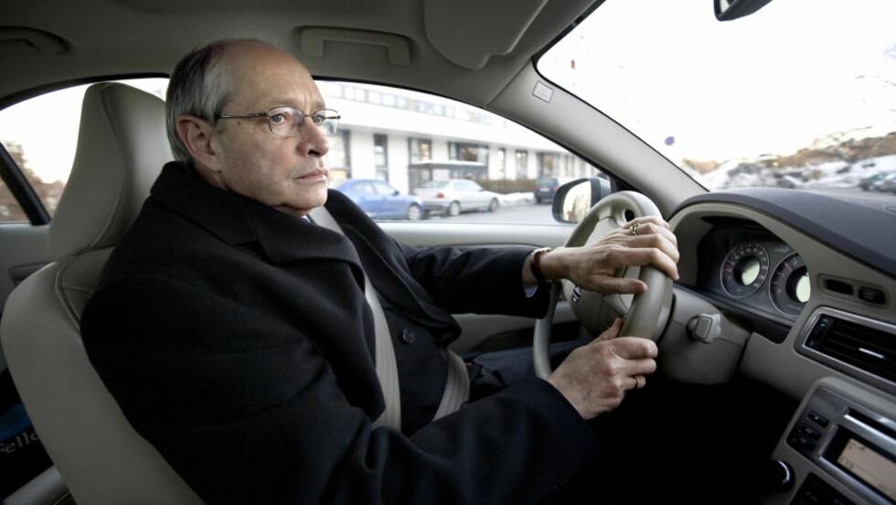 PÅ GLATTISEN: Partisekretær i Ap, Martin Kolberg, her fotografert på vei til Dagsnytt 18 i går, satt i gang debatten om radikal islam i Ap. Foto: Henning Lillegård