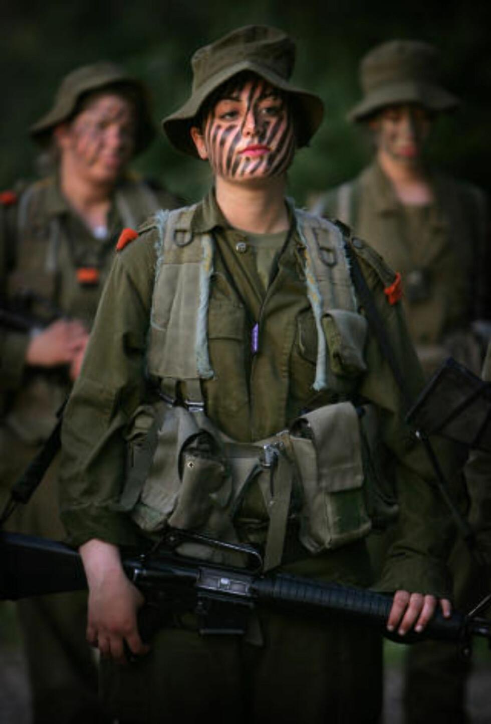ØNSKER FLERE JENTER: Israel ønsker flere som disse jentene, som forbereder seg på øvelse i Jerusalem. Foto: Oded Balilty/AP/Scanpix