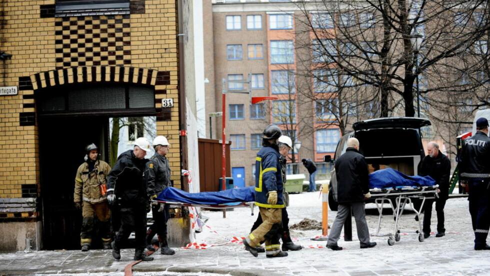 DØDSBRANN: Seks personer omkom i brannen, her bæres to av dem ut. Arkivfoto: Thomas Rasmus Skaug/Dagbladet