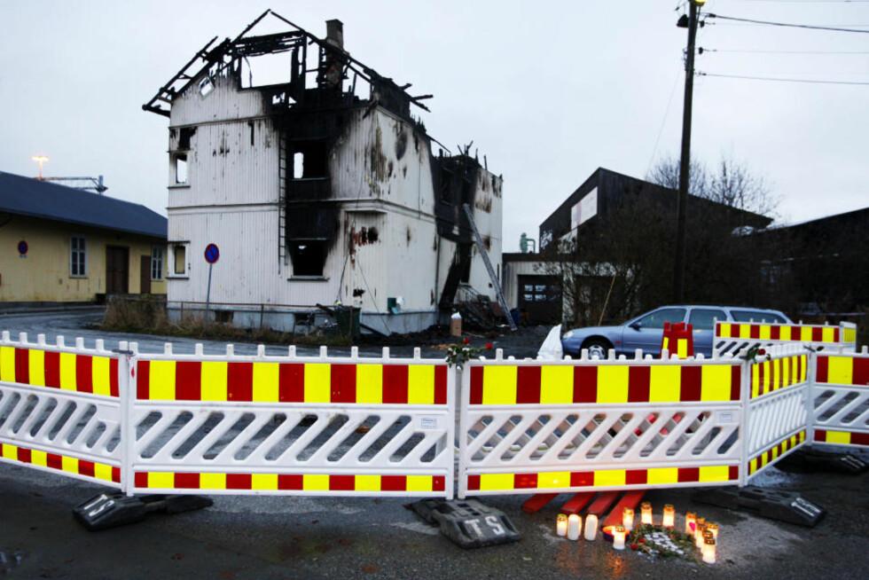 SYV OMKOM: Lys og blomster satt opp nær  branntomta  dagen etter de syv polske bygningsarbeiderne omkom i brannen i Gulskogen i Drammen. Foto Håkon Mosvold Larsen / SCANPIX