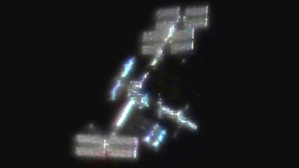 SYNLIG OVER SØR-NORGE: Fra og med i kveld svever den internasjonale romstasjonen ISS og romfergen Discovery, som er koblet til stasjonen, over sørlige deler av landet vårt. De to objektene kan sees som en sakteglidende stjerne på himmelen. Her sett gjennom et enkelt teleskop.Foto: RALF VANDEBERGH/NASA