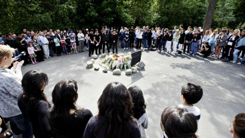 MINNESTUND:  Venner og kjente sammen på lekeplassen der Watan Faramizi ble drept dagen etter drapet. 18-åringen som er tiltalt for drapet ble først frikjent også for legemsbeskadigelse, men dette er nå tilsidesatt av fagjuryen. Foto: Kyrre Lien / SCANPIX