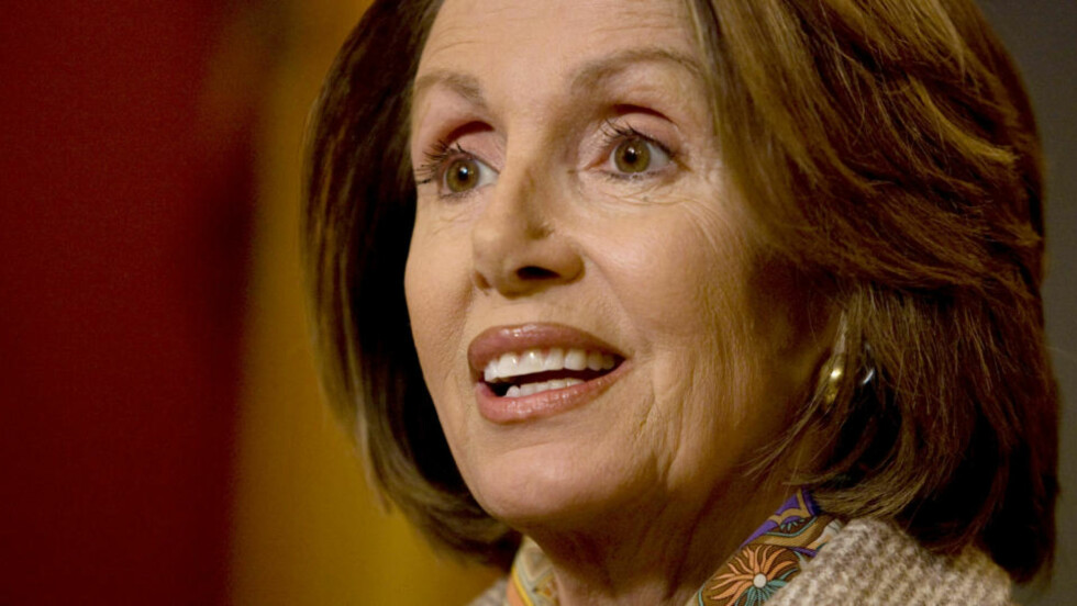 TAR GREP: Nancy Pelosi i Representantenes hus. Foto: Evan Vucci/AP/Scanpix