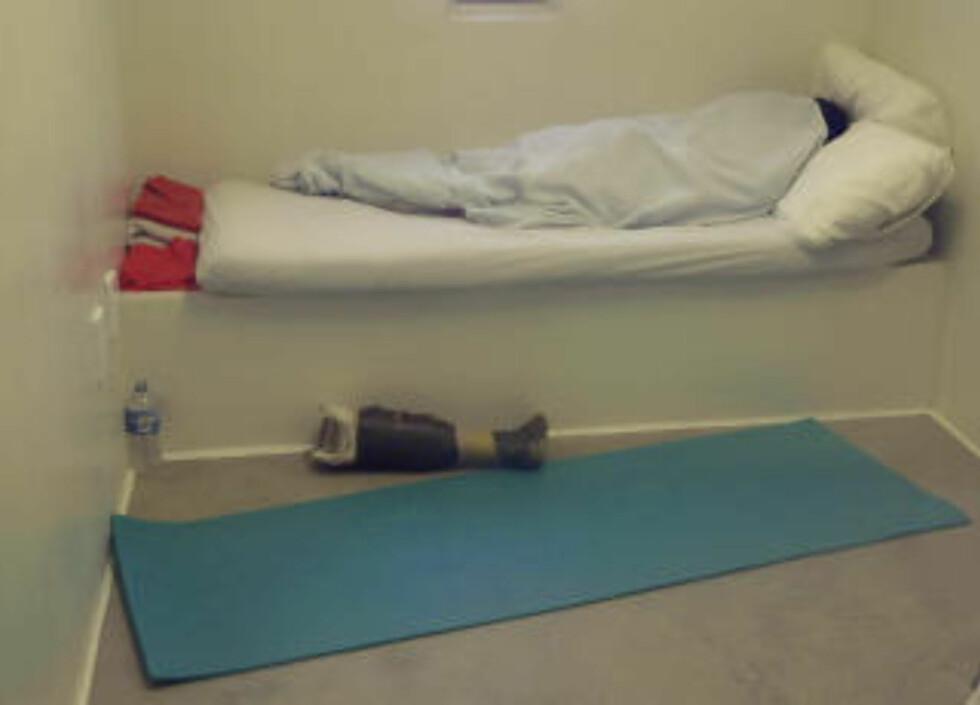 SPARTANSK: En innsatt sover på cellen sin på Guantanamo. Foto: Andres Leighton/AP/Scanpix