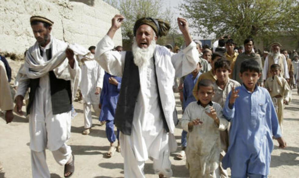 SORG OG SINNE: Fortvilte afghanere roper slagord mot USA og den afghanske regjeringen etter at de internasjonale styrkene tidligere denne uka angrep landsbyen i Bati Kot-distriktet og drepte to mistenkte opprørere. Foto: Scanpix/AP