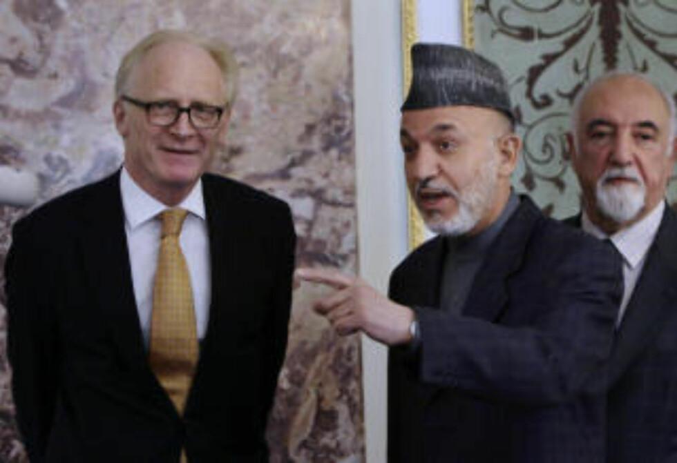 FRYKTER VALGJUKS: FNs spesialutsending til Afghanistan, Kai Eide i samtale med Afghanistans president Hamid Karzai. Eide ber Karzai gjøre sitt ytterste for at valget skal gå riktig for seg. Foto: Scanpix