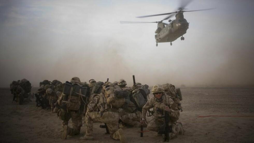 HARDE KAMPER: Internasjonale styrker havnet i går i skuddveksling med lokale opprørere og minst 30 ble drept, melder det amerikanske militæret. På bildet er Isaf-soldater på vei inn til en månedslang operasjon i det sørlige Afghanistan. Foto: Scanpix
