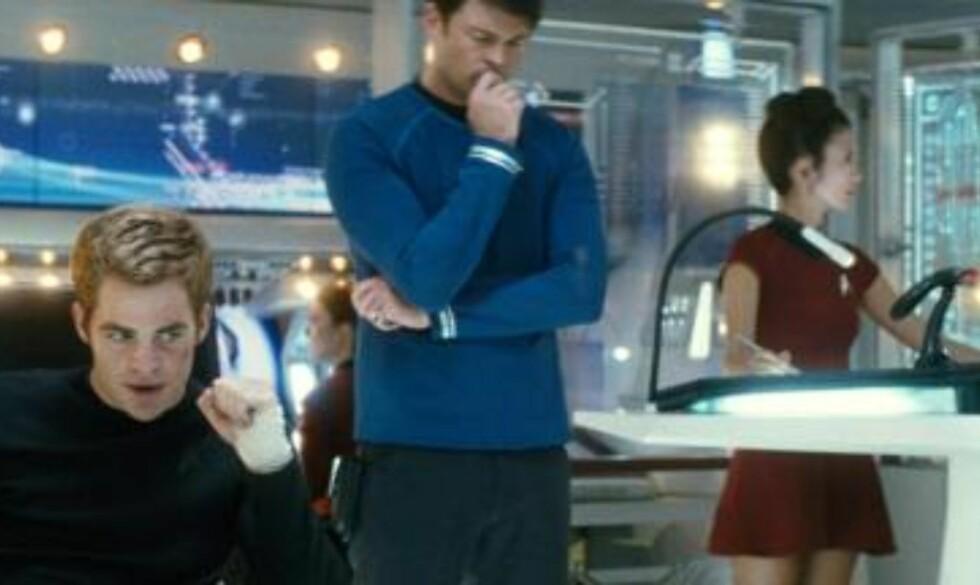 KJENTE OMGIVELSER: Chris Pine (til venstre), Karl Urban (nummer to fra venstre), og John Cho ombord på romskipet USS Enterprise. Foto: AP Photo/Paramount Pictures, Industrial Light & Magic