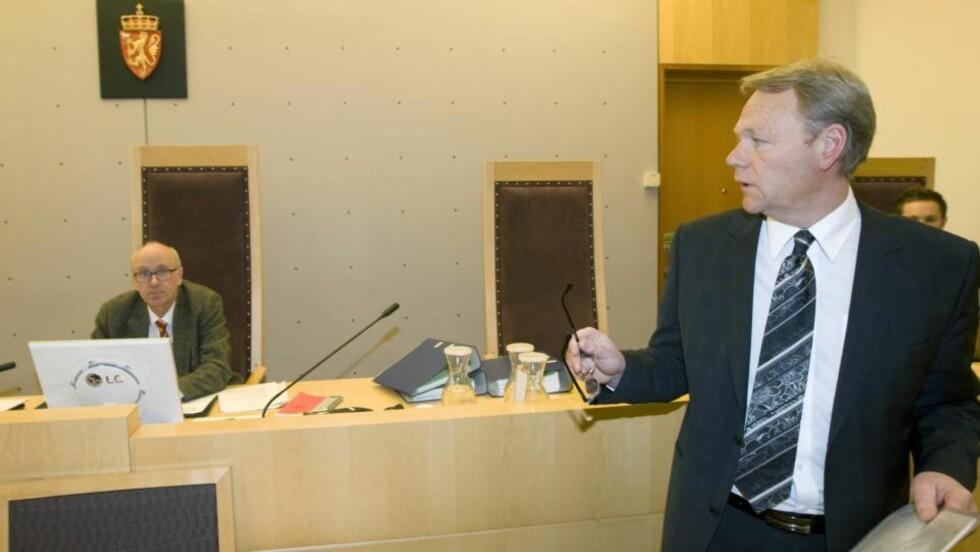 Forsvarer Ola Lunde i  Oslo tinghus fredag  før fremstillingen  av mannen som er siktet i forbindelse  med dødsbrannen i Urtegata. Bak rettens administrator, Oddvar Ege. Foto: Morten Holm / SCANPIX