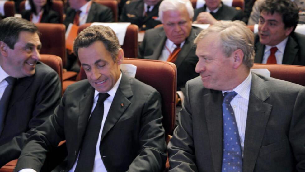 INN I VARMEN: Etter 40 år i selvpålagt eksil, har Frankrikes president Nicolas Sarkozy  levert den formelle NATO-søknaden til generalsekretær Jaap de Hoop Scheffer. Foto: AFP PHOTO POOL / Philippe Wojazer /SCANPIX