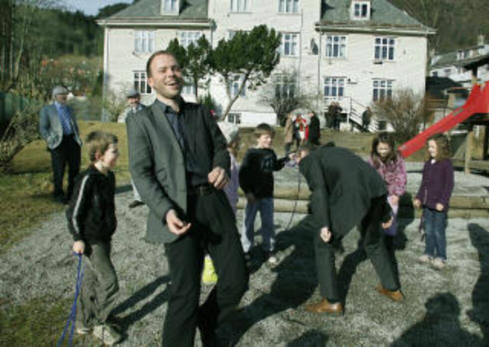 FIKK LEKE: SV-topper på barneskole i Bergen. Foto: Foto: Jacques Hvistendahl