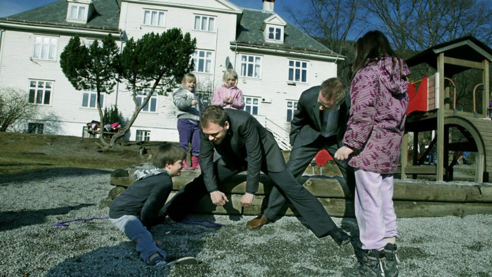 UT I SPAGATEN: De to SV-lederne Audun Lysbakken og Bård Vegar Solhjell ble utfordret av Henrik (8)  til å gå ned i spagaten. Foto: Jacques Hvistendahl.