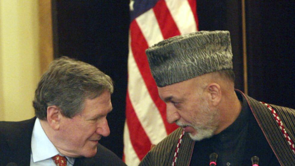 KRITISK: USAs spesialutsending til Afghanistan og Pakistan, Richard Holbrooke. Her i møte med Afghanistans president, Hamid Karzai. Foto: Musadeq Sadeq / AP.
