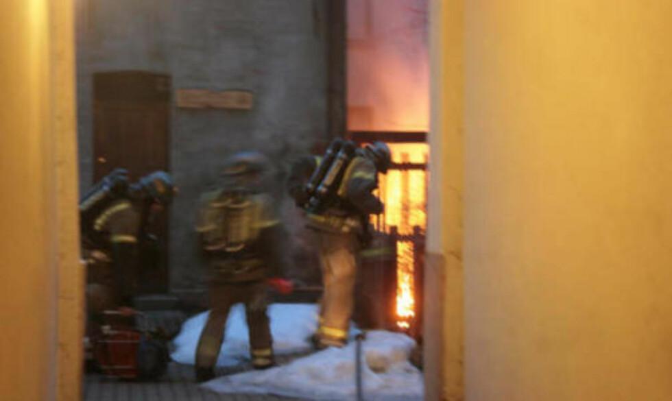BRANNSTIFTER LØS: Her slukker brannvesenet en brann i Thorvald Meyers gate. Foto: Espen Hovde