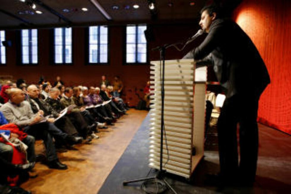 UTFORDRER: Med dagens dialogmøte er meningen å samle til diskusjon om hat og minoriteter. En av dem som har markert seg de siste ukene i debatten om radikal islamisme er Aps partisekretær Martin Kolberg. Her står arrangør Abid Q. Raja på talerstolen i Litteraturhuset under et dialogmøte etter Gaza-demonstrasjonene.  Foto: Erlend Aas / SCANPIX