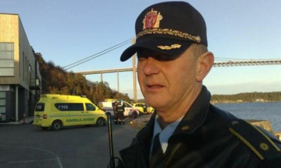 PÅ ÅSTEDET: Førstebetjent Torgeir Egeland ved Arendal politistasjon bekrefter at dykkere har søkt på stedet. Foto: TOMM W. CHRISTIANSEN