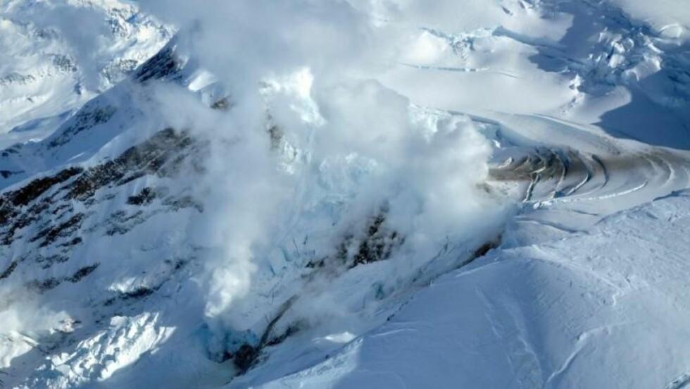 HAR ULMET LENGE: Dette bildet ble tatt på lørdag og viser røyksølene som stiger opp fra vulkanen. I morges endte den seismiske aktiviteten i et utbrudd som stiger 15.000 meter opp i lufta. Foto: AVO/ADGGS