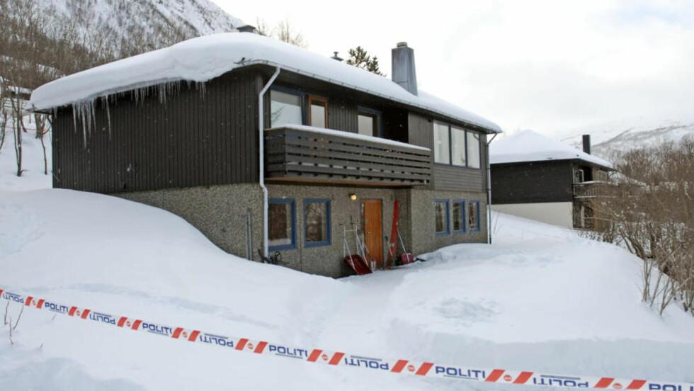 ÅSTEDET: Politisperring ved huset i Tomasjordveien i Tromsdalen der det søndag ble funnet tre personer som var drept av en 38 år gammel leieboer. Foto: Rune Stoltz Bertinussen / SCANPIX