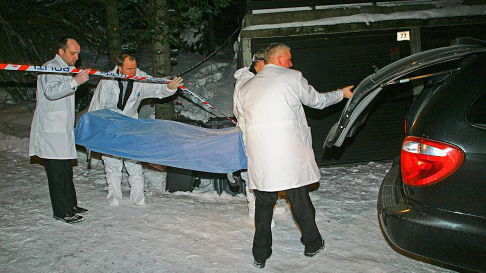 TRIPPELDRAP: De drepte ble sent i går kveld fraktet vekk fra åstedet i Tomasjordvegen 75 i Tromsø. Foto: MARIUS FISKUM